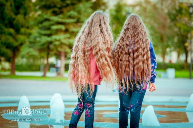 Яра и Руслана у фонтана